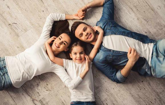 suelos de parquet - familia disfrutando - tu decoradora - yecla